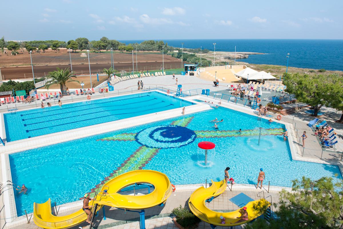 due piscine con scivoli